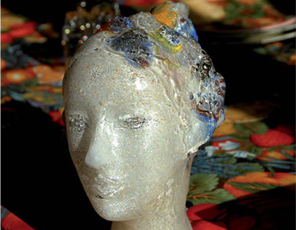 Scultura di testa di dama in vetro soffiato bianco oro e murrina montata su bronzo.